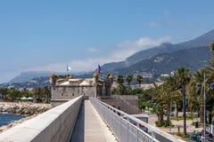 MENTON, ФРАНЦИЯ - 5-ОЕ ИЮНЯ 2019: Бастион в порте Старая архитектура городка Menton на французской ривьере Провансал-Alpes-Коут d стоковое изображение rf