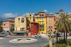 MENTON, ФРАНЦИЯ - 5-ОЕ ИЮНЯ 2019: Красочные дома в старой архитектуре городка Menton на французской ривьере Провансал-Alpes-Коут  стоковое изображение