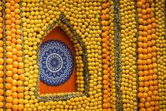 Menton citronfestival 2018, Bollywood temakonst som göras av citroner, och apelsiner, mandalanärbild royaltyfria foton