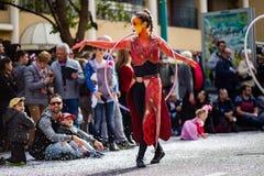 Menton citronfestival 2019, gata Carnaval, fantastiskt världstema, konstnärstående royaltyfri foto