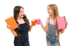 Menton de Chin Peu filles ayant la pause caf? Petits enfants bouchant des tasses ensemble ? la pause repas Appr?cier mignon d'?co images libres de droits