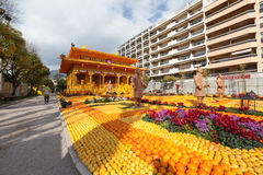 MENTON, FRANÇA - 20 DE FEVEREIRO: Festival do limão (Festa du Cidra) no Riviera francês O tema para 2015 era: Tribulações de um l Imagens de Stock Royalty Free
