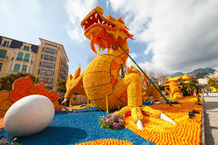 MENTON, FRANCIA - 20 DE FEBRERO: Estatua del dragón en el festival del limón (Fete du Citron) en la riviera francesa El tema para Foto de archivo