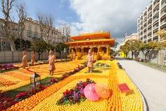 MENTON, FRANCIA - 20 DE FEBRERO: Festival del limón (Fete du Citron) en la riviera francesa El tema para 2015 era: Tribulaciones  Fotos de archivo libres de regalías
