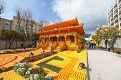 MENTON, FRANCIA - 20 DE FEBRERO: Festival del limón (Fete du Citron) en la riviera francesa El tema para 2015 era: Tribulaciones  Foto de archivo libre de regalías