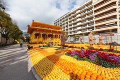 MENTON, FRANCIA - 20 DE FEBRERO: Festival del limón (Fete du Citron) en la riviera francesa El tema para 2015 era: Tribulaciones  Imágenes de archivo libres de regalías