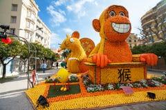 MENTON, FRANCIA - 20 DE FEBRERO: Mono chino y ratón del horóscopo hechos de naranjas y de limones en el festival del limón (Fete  Foto de archivo libre de regalías