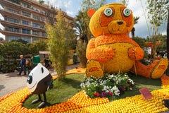 MENTON, FRANCIA - 20 FEBBRAIO: Festival del limone (Fete du Citron) sul Riviera francese Il tema per 2015 era: Tribolazioni di un Fotografia Stock Libera da Diritti