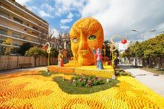 MENTON, FRANKREICH - 20. FEBRUAR: Kunst gemacht von den Zitronen und von den Orangen im berühmten Zitronen-Festival (Fete du Citr Stockfotos