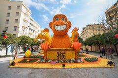 MENTON FRANKRIKE - FEBRUARI 20: Kinesisk horoskopapa, mus och tupp som göras av apelsiner och citroner på citronfestivalen (Stor  Arkivfoto