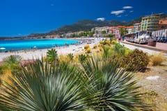 Menton-Stadt mit Küstenlinienpromenade, Mittelmeerküste, französisches Riviera Stockfoto