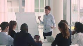 Mentor d'entraîneur de directeur de femme présentant l'exposé à la formation d'affaires banque de vidéos