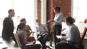 Mentor fêmea maduro para ensinar empregados novos na reunião de negócios da equipe filme