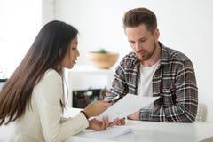 Mentor femenino que entrena al empleado de sexo masculino en problemas financieros fotos de archivo libres de regalías