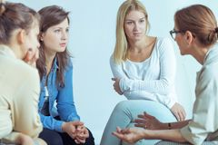 Mentor que fala às mulheres de negócios sobre a carreira durante o seminário com o treinamento imagens de stock