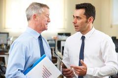 Mentor supérieur de Having Discussion With d'homme d'affaires dans le bureau Images stock