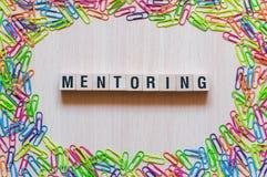 Mentoring έννοια λέξης στοκ φωτογραφία