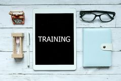 Mentoring κατάρτισης εκπαίδευση εκμάθησης μέσω της σε απευθείας σύνδεση ψηφιακής έννοιας Τοπ άποψη του ρολογιού, του σημειωματάρι στοκ εικόνες