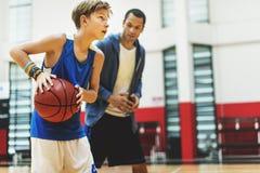 Mentoring κατάρτισης πρακτικής καλαθοσφαίρισης παίζοντας έννοια στοκ εικόνες