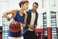 Mentoring κατάρτισης πρακτικής καλαθοσφαίρισης παίζοντας έννοια στοκ εικόνες με δικαίωμα ελεύθερης χρήσης