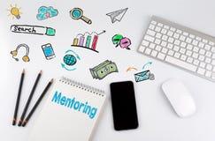 mentoring Tabla del escritorio de oficina con el ordenador, Smartphone, cuaderno de notas, lápices Fotografía de archivo