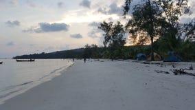 Mentre il sole scende? va con un burst dorato di indicatore luminoso radiante che prova ad abbracciare l'intera isola? Fotografia Stock