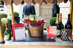 Menu, bottiglie del champagne, bacche fresche su ghiaccio e coctails Immagine Stock
