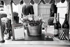 Menu, bottiglie del champagne, bacche fresche su ghiaccio e coctails Fotografie Stock Libere da Diritti