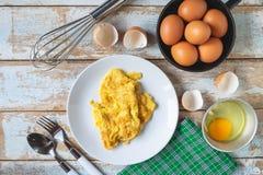 Menu cozinhado da omeleta na tabela de madeira na cozinha imagens de stock