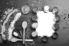 Menu d'assaisonnement Ensemble d'épices sur le fond gris-foncé Concept d'art de nourriture image libre de droits