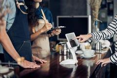 Menu da bebida da ordem do serviço do auto do cliente com a tela da tabuleta no caf foto de stock royalty free