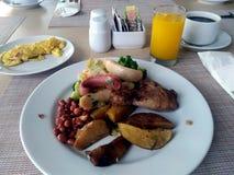 Menu da dieta do café da manhã na placa branca servida com omeleta, café quente e suco de laranja fotografia de stock
