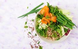 Menu da dieta Estilo de vida saudável Papa de aveia da aveia e legumes frescos - aipo, espinafres, pepino, cenoura e cebola Fotos de Stock Royalty Free