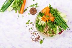 Menu da dieta Estilo de vida saudável Papa de aveia da aveia e legumes frescos - aipo, espinafres, pepino, cenoura e cebola Imagem de Stock Royalty Free