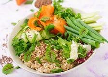 Menu da dieta Estilo de vida saudável Papa de aveia da aveia e legumes frescos - aipo, espinafres, pepino, cenoura e cebola Fotografia de Stock