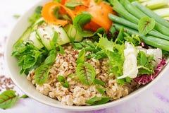 Menu da dieta Estilo de vida saudável Papa de aveia da aveia e legumes frescos - aipo, espinafres, pepino, cenoura e cebola Fotos de Stock