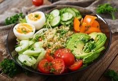 Menu da dieta Estilo de vida saudável Papa de aveia do Bulgur, ovo e legumes frescos - tomates, pepino, aipo e abacate Fotos de Stock Royalty Free