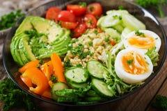 Menu da dieta Estilo de vida saudável Papa de aveia do Bulgur, ovo e legumes frescos - tomates, pepino, aipo e abacate Fotos de Stock