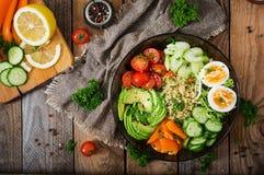 Menu da dieta Estilo de vida saudável Papa de aveia do Bulgur, ovo e legumes frescos - tomates, pepino, aipo e abacate Fotografia de Stock