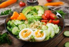 Menu da dieta Estilo de vida saudável Papa de aveia do Bulgur, ovo e legumes frescos - tomates, pepino, aipo e abacate Imagem de Stock