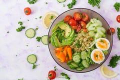 Menu da dieta Estilo de vida saudável Papa de aveia do Bulgur, ovo e legumes frescos - tomates, pepino, aipo e abacate na placa Imagens de Stock Royalty Free
