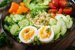 Menu da dieta Estilo de vida saudável Papa de aveia do Bulgur, ovo e legumes frescos - tomates, pepino, aipo e abacate na placa Imagem de Stock