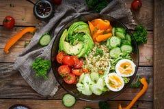Menu da dieta Estilo de vida saudável Papa de aveia do Bulgur, ovo e legumes frescos - tomates, pepino, aipo e abacate na placa Imagem de Stock Royalty Free
