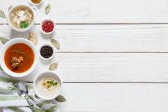 Menu de déjeuner de restaurant sur l'espace libre en bois blanc Photographie stock