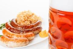 Menu de Oktoberfest, caneca de cerveja, uma placa das salsichas e chucrute Imagens de Stock