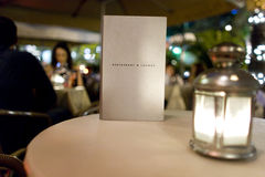 Menu de restaurant et de salon avec la table sur la terrasse Photographie stock libre de droits