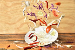 Menu de salade de papaye éclaboussant sur le fond en bois, légumes éclaboussant, nourriture thaïlandaise Photo libre de droits