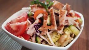 Menu degli alimenti a rapida preparazione dell'insalata di pollo - cerchio della macchina fotografica intorno video d archivio