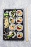 Menu dei sushi in scatola nera di bento o del transportbox su fondo grigio, vista superiore, fine su immagini stock