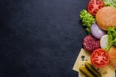 Menu del ristorante, ingredienti dell'hamburger e spazio scuri della copia immagini stock libere da diritti